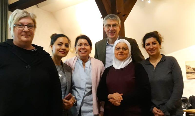 Von links: Wiebke Wilken, Shamsia Aznamehr (Erste Vorsitzende), Maren Berger, Dr. Axel Holtz, Rana Hafiz, Leeza Lorenz (beide Vorstandsmitglieder des Forum für Migration)
